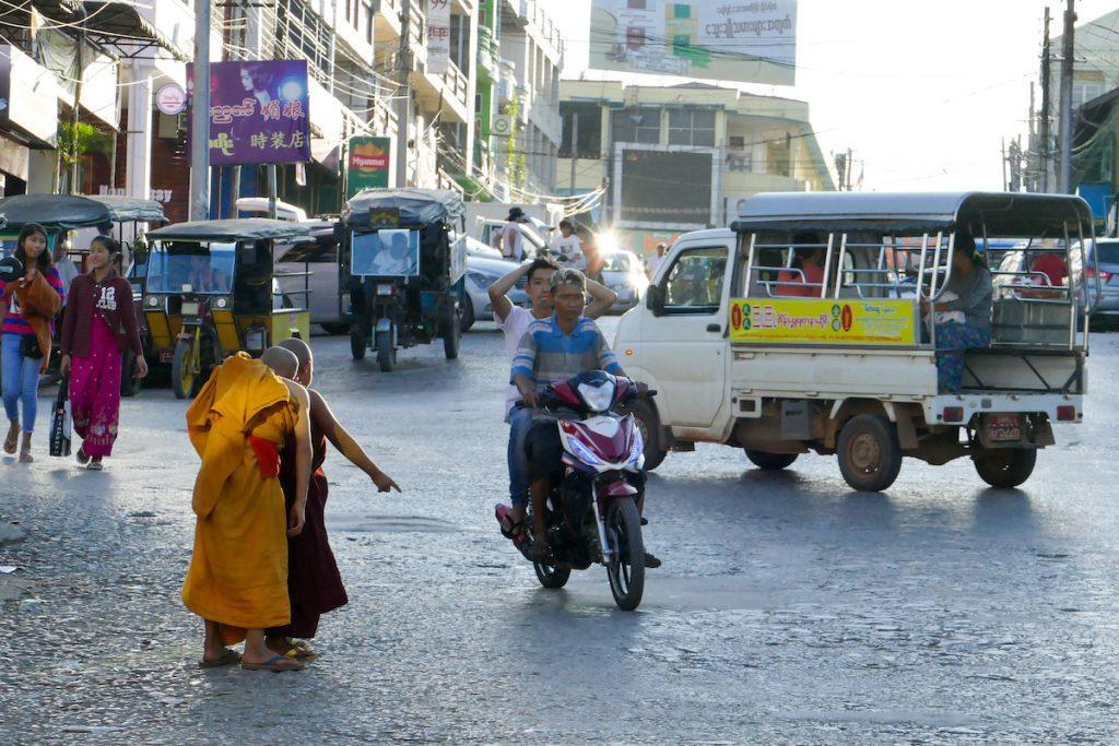 Shan State, Lashio, kleine Moenche beim Trampen