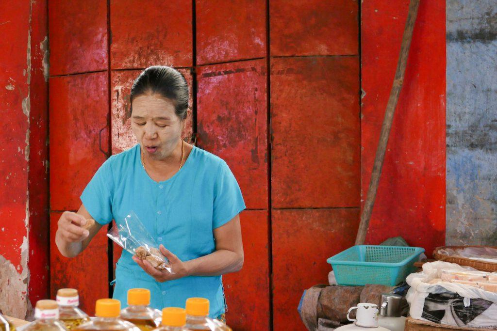 Shan State, Lashio, unbekannte Koestlichkeiten werden hier abgepackt