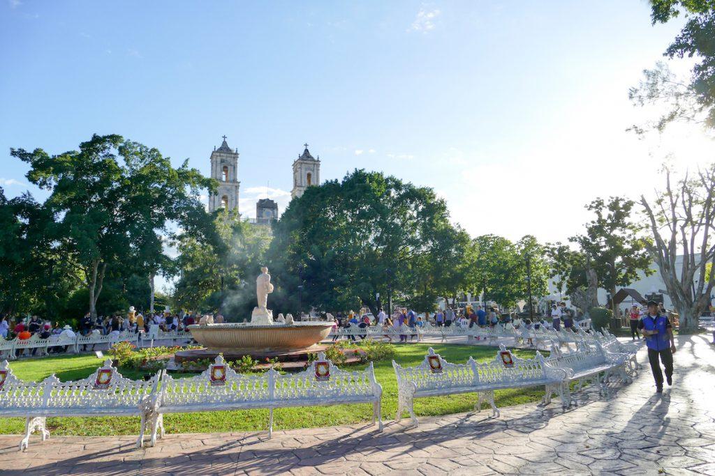 Typisch Yukatan, Kathedrale und Park im Zentrum der Stadt