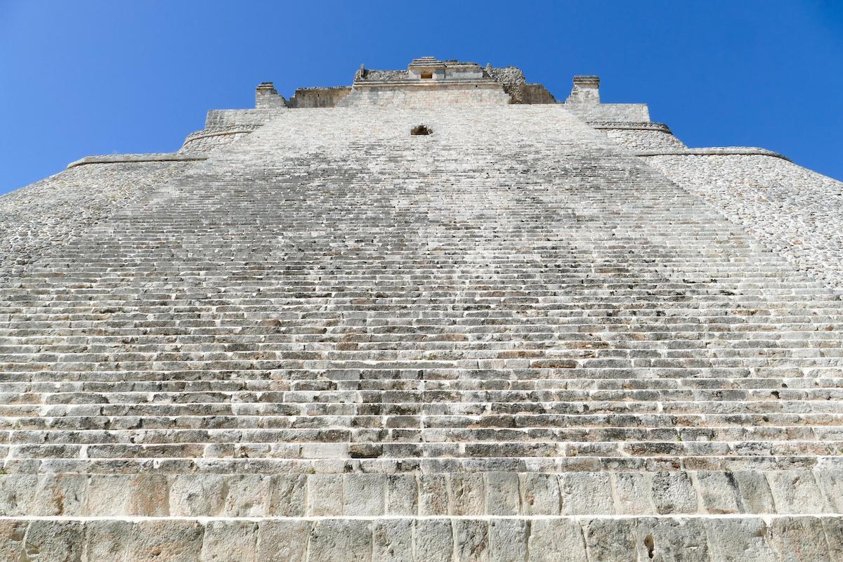 Uxmal, steiler Aufstieg zur grossen Pyramide